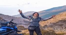 লোভনীয় চাকরি ছেড়ে বাইক নিয়ে দেশ-বিদেশ ঘুরে বেড়াচ্ছেন তরুণী