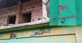 স্কুলের ঝুঁকিপূর্ণ ছাদেই চলছে দোতলার নির্মাণ